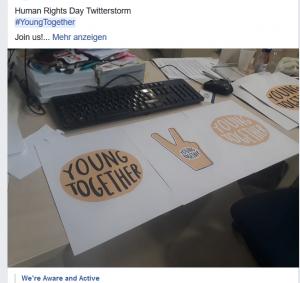 Foto von ausgedruckten Youngtogether Logos auf einem Schreibtisch