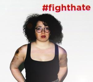 Ein Foto der Hate is random Kampagne von bOJA. Auf dem Foto befindet sich eine Frau, oberhalb von ihr ist hashtag fighthate eigeblendet.