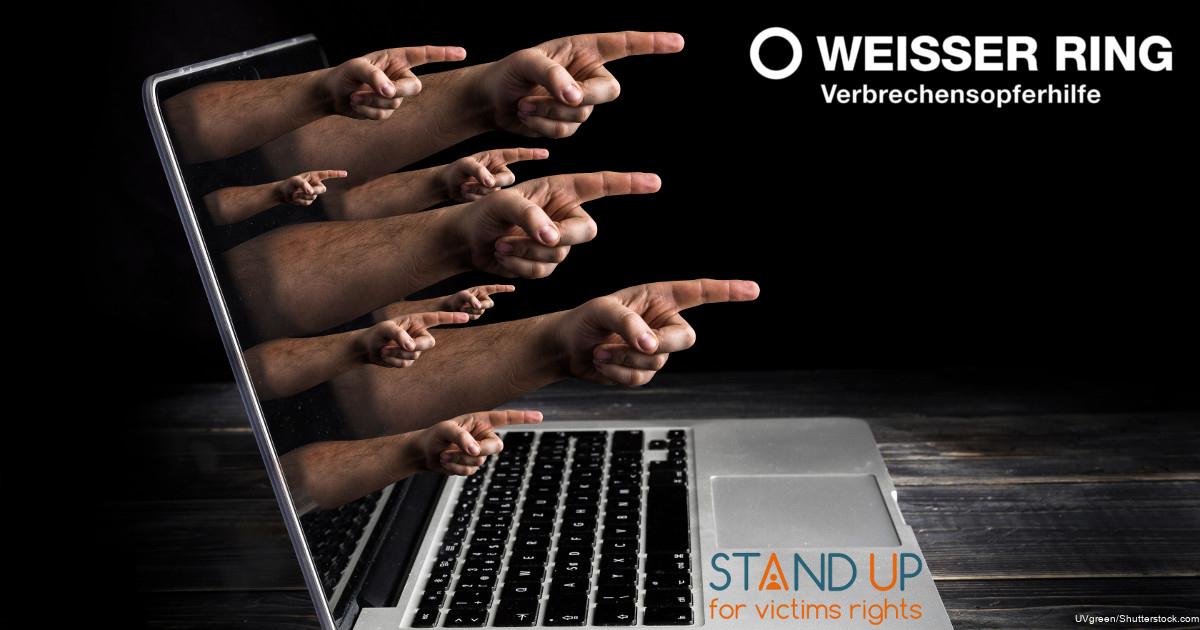 Das Bild zeigt mehrere Hände, die mit ausgestreckten Zeigefinger aus einem Laptop heraus ragen.