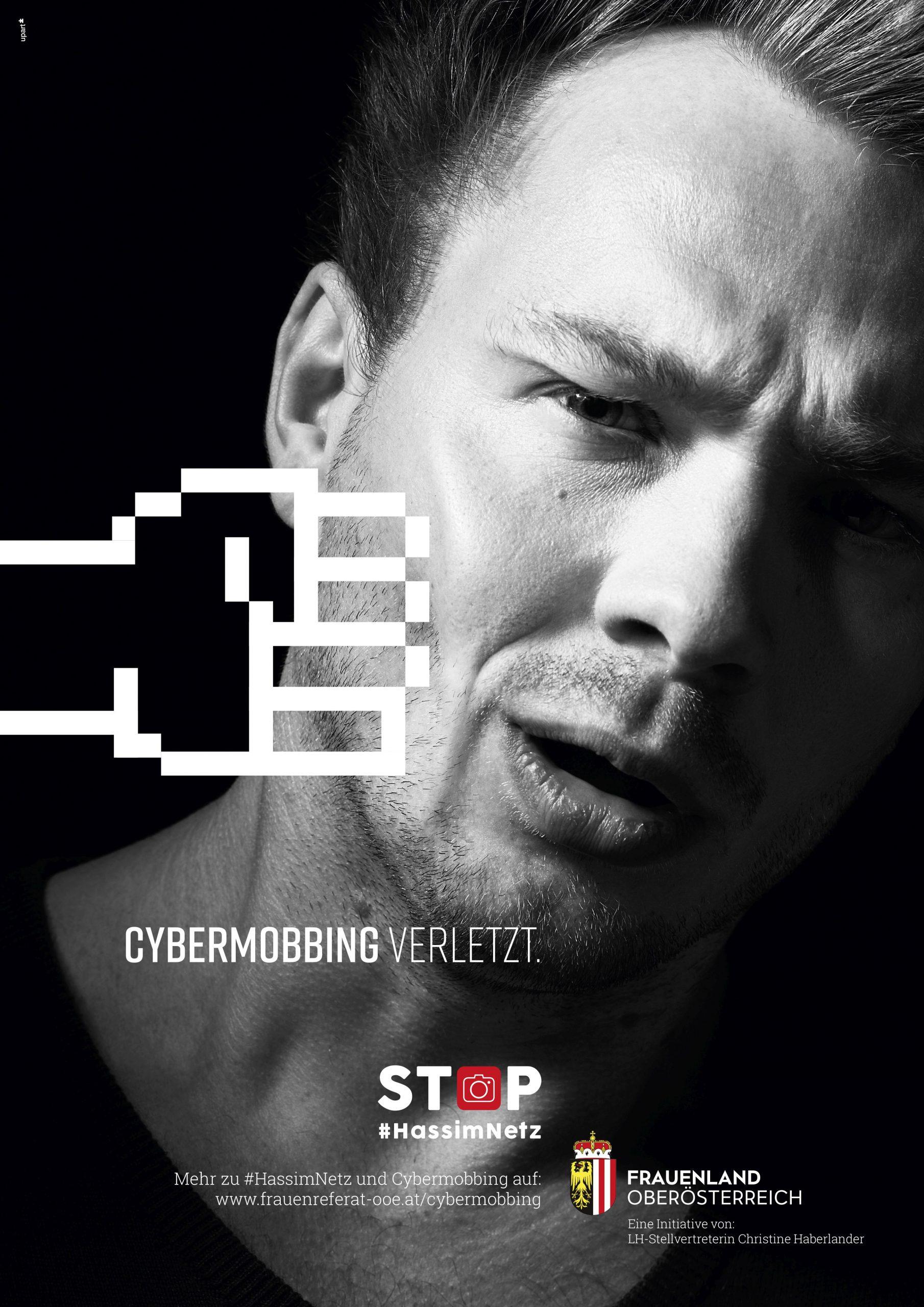 Das Bild zeigt das Gesicht eines Mannes. Er wird von einer virtuellen Faust getroffen. Darunter steht: Cybermobbing verletzt.