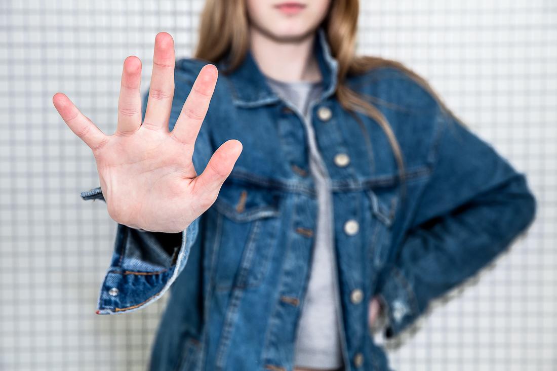 Das Bild zeigt ein Mädchen, dass seine offene Hand nach vorne streckt.