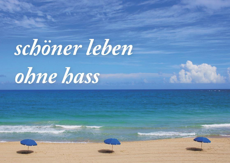 """Das Bild zeigt eine Postkarte mit Strand, auf der """"Schöner leben ohne Hass"""" steht."""