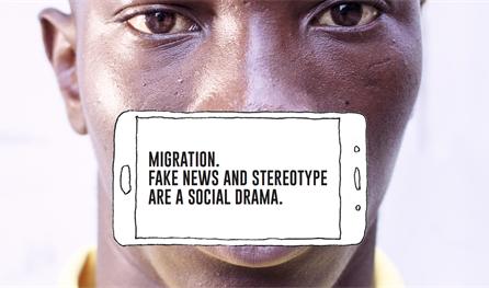 Mann mit schwarzer Hautfarbe. Über seinem Gesicht ist ein Handy abgebildet, auf dem zu lesen ist: Migration. Fake News and stereotype are a social drama.