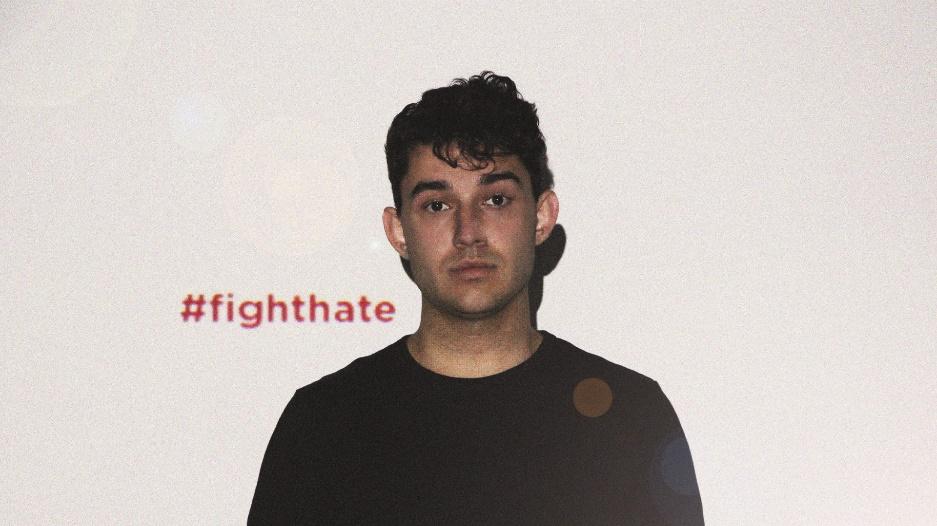 Das Bild zeigt einen jungen Mann mit traurigem Gesicht. Im Hintergrund steht #fight hate!