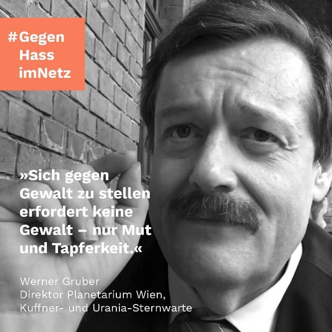 """Das Bild zeigt Werner Gruber. Neben seinem Gesicht steht sein Zitat """"Sich gegen Gewalt zu stellen erfordert keine Gewalt – nur Mut und Tapferkeit."""""""